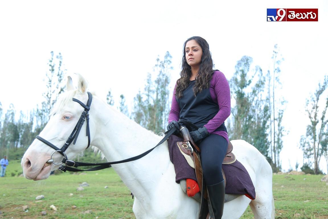 After Emotional Blockbuster Khaidi Angry Hero Karthi is coming now as Donga, యాంగ్రీ హీరో కార్తీ 'దొంగ' వర్కింగ్ స్టిల్స్