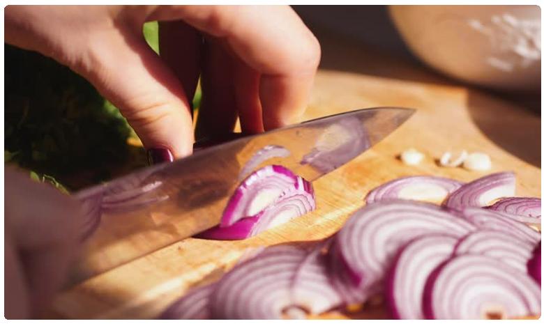 Eating onion raw in cut pieces, కోసిన 'ఉల్లి' ముక్కలు తింటే.. ఇంత డేంజరా!