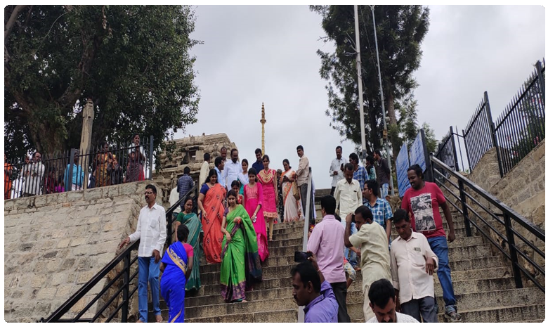 Cyberabad CP Sajjanar Visists Anantapur, సెల్ఫీస్టార్గా సీపీ సజ్జనార్..!