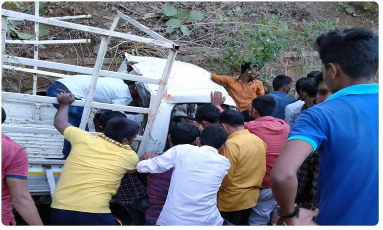 Maharashtra: 7 dead and 15 injured after a vehicle carrying them overturned in Yavatmal, Road Accident : అదుపుతప్పి వాహనం బోల్తా.. ఏడుగురు మృతి..