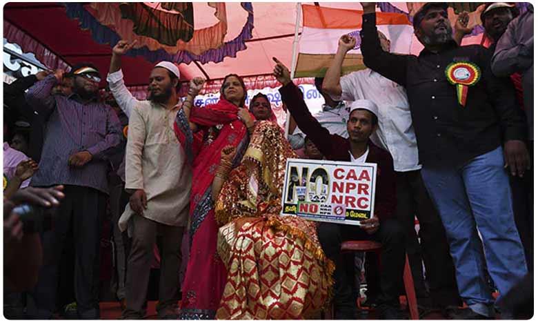 Muslim Couple Gets Married At Anti-CAA Protest In Chennai, సీఏఏకి వ్యతిరేకంగా ఫ్లకార్డులు ప్రదర్శిస్తూ.. ఒక్కటైన జంట..