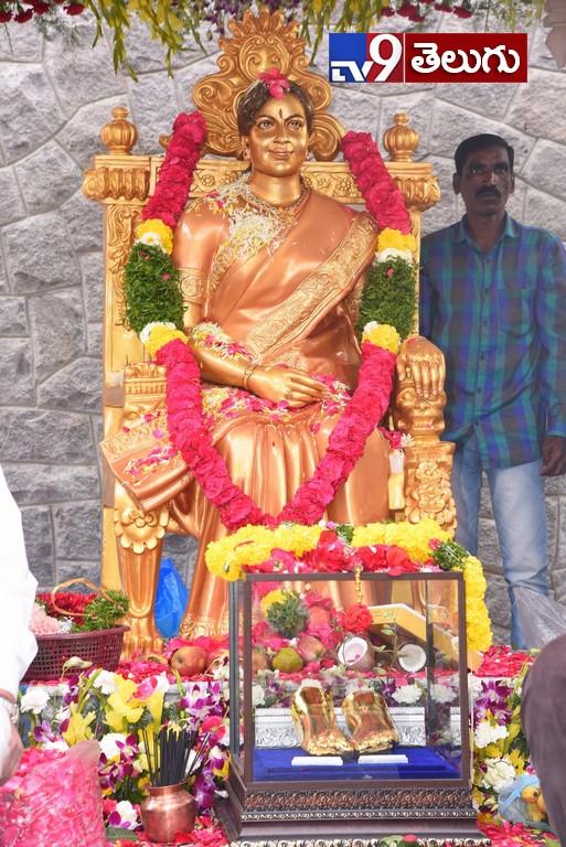 Krishna unveils statue of veteran Telugu actor Vijaya Nirmala, 'విజయనిర్మల' కాంస్యవిగ్రహాన్నిఆవిష్కరించిన సూపర్ స్టార్ కృష్ణ