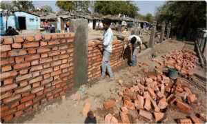 new 4 feet wall to hide slums from trump s view in ahmedabad, పేదల్ని ట్రంప్ చూడకూడదట.. 4 అడుగుల గోడ కట్టేశారు !