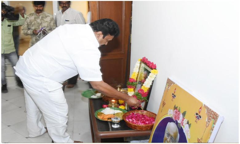 TS Minister Talasani Srinivas yadav consoles hero Srikanth, హీరో శ్రీకాంత్ని పరామర్శించిన మంత్రి తలసాని!