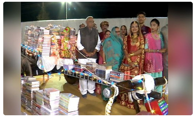 Books As Dowry : Instead of Gold as Dowry a girl asked for books on her wedding, Books As Dowry : కూతురుకి కట్నంగా ఎడ్లబండి నిండా పుస్తకాలు..